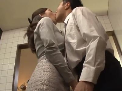 【エロ動画】欲求不満を募らせながら夫の浮気も疑っている美人な清楚系若妻・東凛は夫の同僚を激しいキスで誘惑!クンニや手マンをさせたらフェラして自ら跨り騎乗位で寝取られる!