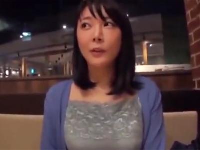 【エロ動画】爆乳なロリ顔人妻をナンパしてヤリ部屋に連れ込む!パイパンまんこにローターや電マを当ててオナニーするから手マンでお手伝いwフェラ&パイズリからの不倫SEX突入!