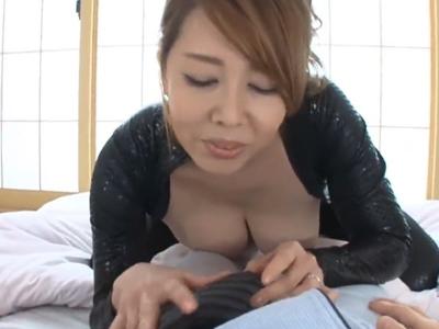 【エロ動画】ぴちぴちキャットスーツがエロい巨乳熟女が見せつけオナニーをした挙げ句、パイズリでじっくりザーメン搾り!