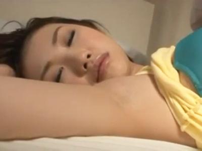 【エロ動画】恋人の妹は美人で綺麗な形の爆乳娘!そんな彼女がタンクトップにショートパンツという無防備な格好で谷間や美脚を露わにしながら寝てるから欲情して夜這いレイプで顔射!