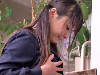 【エロ動画】本屋でエロ本を読んでいたらマンコとパンティが濡れちゃった美少女JK…それを変態サラリーマンに見られており後背位から中出しを受けるレイプがスタート…