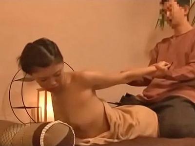 【エロ動画】マッサージ師に無理やりマンコを見られて欲情しちゃうスレンダー美人妻…最後は進んで擦股を行いディープキスで舌を絡めながら正常位で突かれまくり…