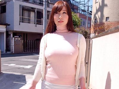 【エロ動画】だらしない爆乳を持っている癖にノーブラニットでウロウロしている人妻・佐山愛…そんな事しているから玄関で手マンを受けて騎乗位で突かれまくる不倫NTRに…