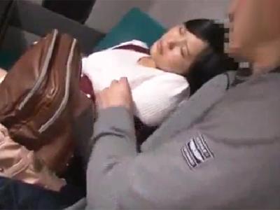 【エロ動画】バスで隣に爆乳JKが寝ていたので理性が崩壊してパンティの間から手マン責め!するといきなり痴女化してしまい騎乗位&口内射精で逆に犯される展開に…
