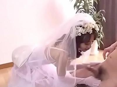 【エロ動画】新婚初夜が待てなくなり花嫁衣装で旦那チンコをフェラチオするビッチな巨乳人妻…最後はパンティに穴を開けて妊娠確実の濃厚なザーメンを中出し…!