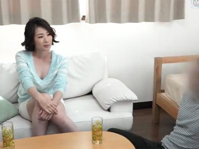 【エロ動画】欲求不満な友達のママに迫ったら意外とあっさり股を開いて…他人棒でヨガりながら腰を振り続けるビッチに変身!