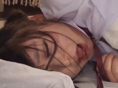 【エロ動画】抵抗するJKを監禁・拘束!パイパンマンコを強引に攻め続け、制服を着たまま激しくピストン→がっつり中出し!