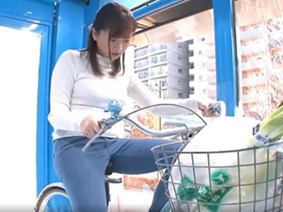 【エロ動画】買い物途中の人妻さんがMM号に招かれた結果→電マ自転車を漕がされて、他人棒でズコズコされちゃう!