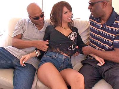 【エロ動画】黒人のデカチンにハマってしまったエロギャル・希咲エマはW手コキで興奮し、膣奥まで突かれまくる駅弁ファックでイキまくり!
