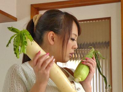 【エロ動画】ディルドオナニーじゃ我慢できない超乳人妻・Hitomiは、浮気相手のデカチンポに大興奮!奥まで突かれまくって歓喜の喘ぎ!