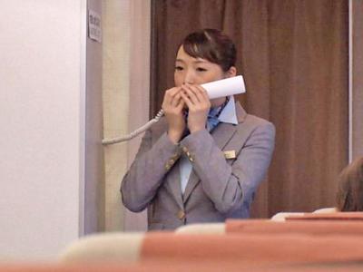 【エロ動画】フライト中の飛行機で巨乳CAを潮吹きさせる痴漢男!我慢できずチンポを挿入したら、激しいピストンでがっつり中出し!