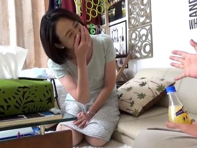 【エロ動画】垂れ乳が妙にエロい上品そうな熟女妻が不倫相手のチンポにむさぼりついて…挿入されるところまでがっつり盗撮!