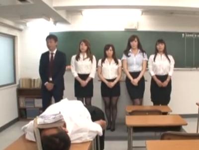 【エロ動画】濃厚フェラチオ&アナル弄りも!特殊能力持ちのミニスカ美女に服従させられ、教室でねっちょり逆レイプパコ!
