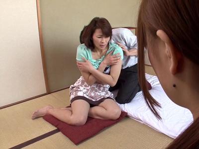 【エロ動画】娘の前で旦那と種付けセックスすることになった熟女ママは、若いチンポの刺激で堕ちてNTRパコに夢中になる!
