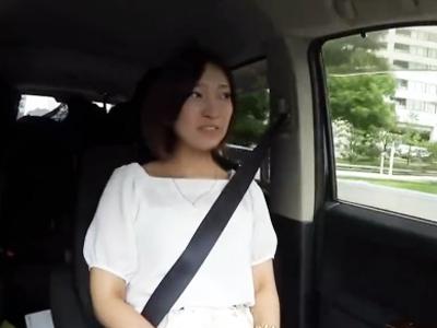 【エロ動画】初出演なのに野菜オナニーを披露するガチな素人娘は、3Pでチンポを挿入されて白目を剥いてアクメする!