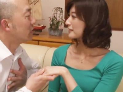【エロ動画】キモオヤジに股を開いた貧乳人妻は黒パンストを破ってチンポを挿れられ悶絶!激しすぎる浮気パコで感じっぱなし!