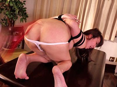 【エロ動画】緊縛プレイでドMになった人妻は、鼻フックフェラで大興奮!真っ赤な蝋燭を垂らされ他人棒を挿入され…うっとり感じる寝取られSM!