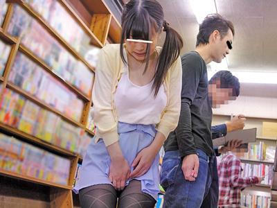 【エロ動画】ええっ、本屋で!?立ち読みしてた美少女のパンストを破り、無理やりフェラチオや挿入をして中出しまでする鬼畜男!
