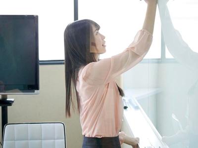 【エロ動画】仕事中なのに倉庫で電マオナニーしているSODのスレンダー美人社員…その姿の盗撮に成功したので勃起チンポを見せつけ研修と称して足コキを要求…!