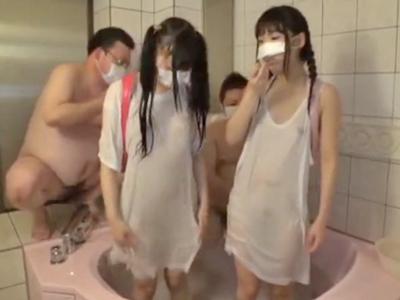 【エロ動画】ランドセルのロリ貧乳美少女と乱交ハメ撮りを行う気持ち悪いデブオヤジ…汚いチンコをフェラチオでご奉仕させキツキツマンコを正常位・後背位でピストンして…