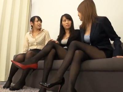 【エロ動画】黒パンストOLの三人組がパンチラしながらキモイ上司を足コキ責め!そんな仕打ちを受けているのに嬉しそうにザーメンを暴発するドMな上司って…