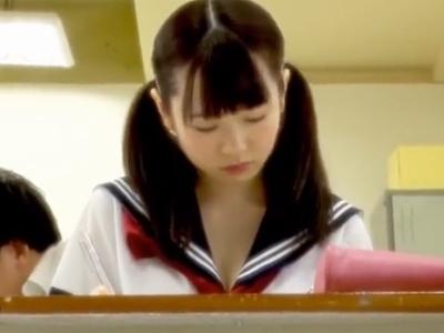 【エロ動画】同級生の美乳美少女JKがパンチラ&胸ちらしていたので肉棒が欲情!襲撃するとあっさりフェラチオしてくれたので騎乗位・正常位でマンコをピストン…!