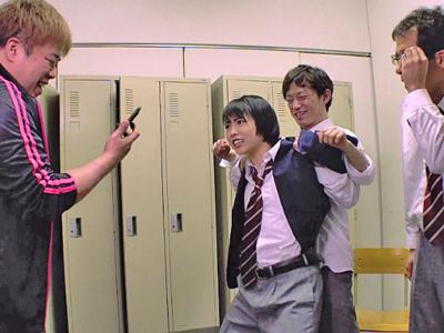 【エロ動画】教師と同級生に男装している事がバレて輪姦レイプされる美少女JK・戸田真琴…強制クンニでマンコを無理やり刺激され正常位ピストンの顔射に絶望…