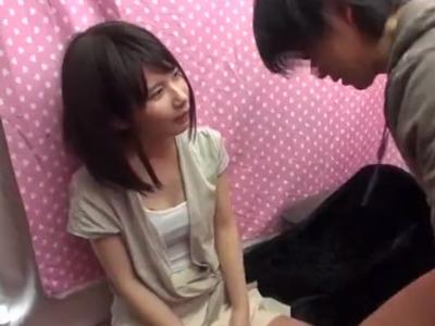 【エロ動画】ナンパされたスレンダー美少女ちゃんが童貞を救ってあげる企画…パイパンマンコを騎乗位・正常位でピストンさせる心の広さを見せていたら無許可で中出しされてしまい…
