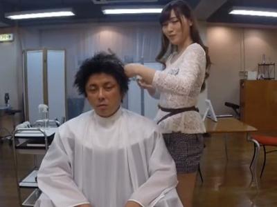 【エロ動画】髪の毛切りながら乳首を吸わせてくれるサービス満点の巨乳美容師さん…他の客にバレないようにフェラチオまでしてくれ暴発したザーメンを口内射精…