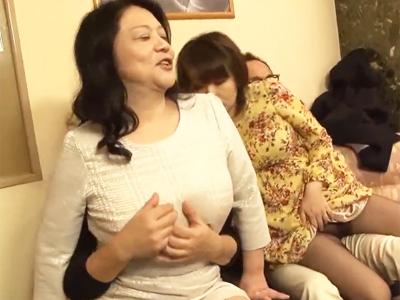 【エロ動画】性欲ムンムンの巨乳熟女が旅行先でパートナを交換!狂った獣のように他人棒をフェラチオして後背位・正常位で久しぶりの快感を堪能しちゃってます…