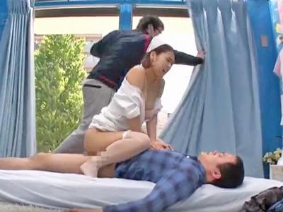 【エロ動画】スレンダー美人の看護婦さんがマジックミラー号でおチンコ相談!手コキ&フェラチオでいつもよりもギンギンに勃起させて騎乗位でお尻を振って精子暴発…