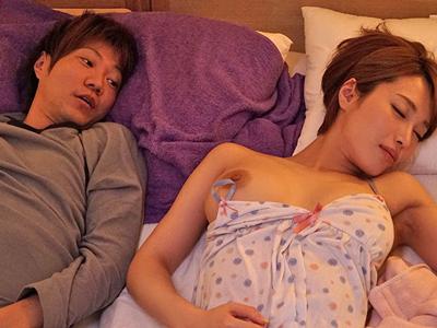 【エロ動画】父親の再婚でできた巨乳ギャルな義理の姉・君島みお&宝田もなみ…エロい体を使ってオナニーしているのがバレたらラッキーな3P近親相姦に発展…
