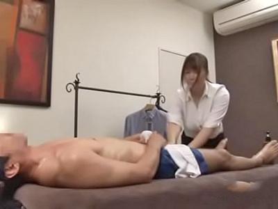 【エロ動画】客の鬼勃起したチンコに魅了されフェラチオしてしまった巨乳マッサージ師…そのままビッチなマンコにぶち込まれ乳揺れしながら騎乗位でピストンされる本気セックスに…