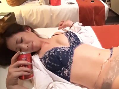 【エロ動画】ホテルに連れこんだOLさんに更に酒を飲ませて泥酔させて、巨乳を揉みしだいたりフェラチオさせたりやりたい放題!