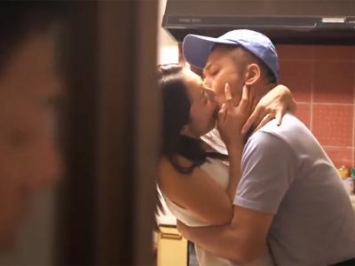 【エロ動画】ダンナが覗いていてもお構いなし!?奥まで突かれて気持ちいい不倫セックスに酔いしれるビッチな人妻!
