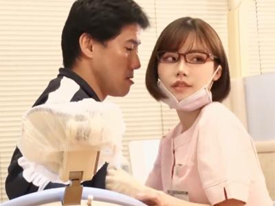 【エロ動画】ビッチメガネな歯科衛生士は好みの男に手コキでご奉仕!我慢できなくなったら挿入し、乳揺れしながら感じまくり!