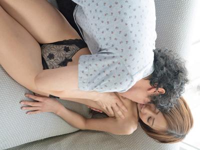 【エロ動画】美乳を愛撫されて敏感に感じまくる真野ゆりあは、男優チンポで膣奥までピストン→美乳にパイ射される!