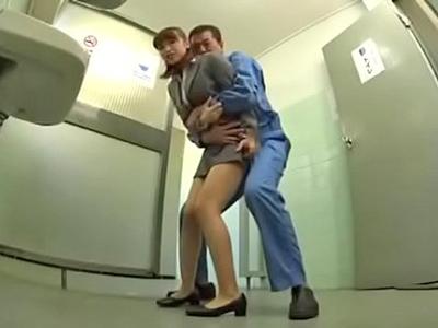 【エロ動画】トイレでレイプされたOLさんは激しい手マンでおマンコずぶ濡れ→激しいピストンを繰り返し中出しされる!