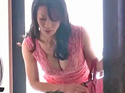【エロ動画】客に胸の谷間を見せつけ誘惑しちゃった人妻さんは、顔騎クンニやフェラチオ、NTRセックスで大興奮!