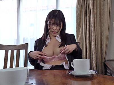 【エロ動画】ドMな欲望を満たしたい!メガネ美女がイラマありスパンキングありの3Pファックでアヘりっぱなし!