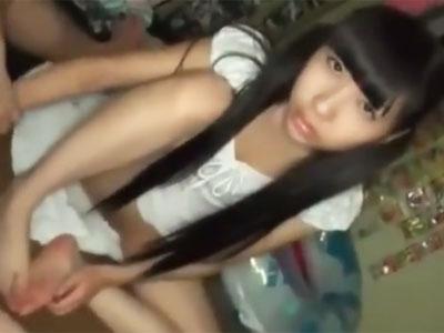 【エロ動画】野暮ったいけどパイパンなロリ娘がチンポを挿入されたら目がトロン♡中出しされてチンポにうっとり