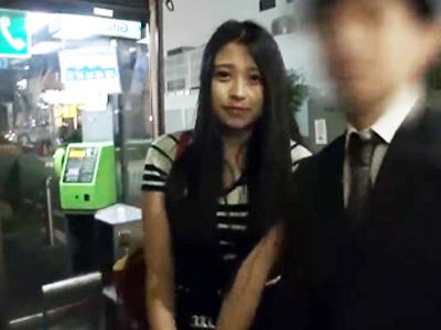 【エロ動画】終電逃して困っているカップルを発見したので彼女をタクシーで送ってNTRハメ撮りセックス!ローターでマンコを刺激して激しい手マンで潮吹きさせる!