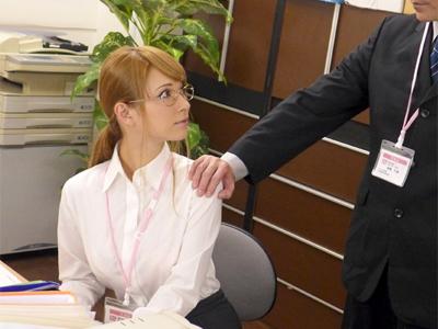 【エロ動画】業績不振の保険会社で働いているギャル系営業レディ・ティアが枕営業で契約ゲット…股を広げてクンニ・指マンでマンコを濡らし顔射ぶっかけのザーメンをペロペロ…