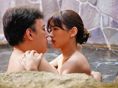 【エロ動画】人妻になったスレンダーで可愛い幼馴染・希島あいりが里帰りしたので温泉で不倫セックス…可愛い割れ目をクンニで優しくほぐして激しい正常位でザーメンを中出し…