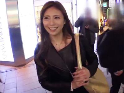 【エロ動画】新宿駅で素人娘をガチナンパ!寝てるおマンコを弄ったらぐしょり濡れだしたので、チンポで乳揺れするほど突いてみた!